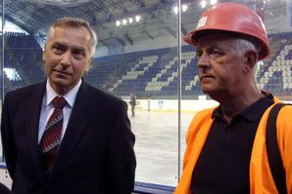 Obhliadka štadióna. Ján Figeľ (vľavo) sa bol pozrieť, ako pokračujú rekonštrukčné práce na popradskom štadióne.