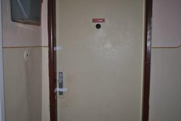 Dvere prelepené páskou. Za dverami tohto bytu zomrel 70–ročný Ľudovít.