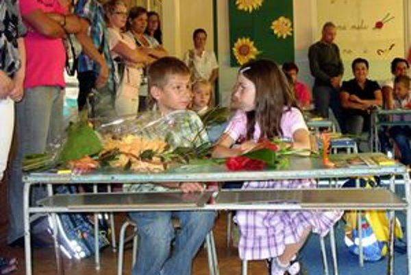Prváci. Hneď v prvý deň vznikali v laviciach nové priateľstvá.