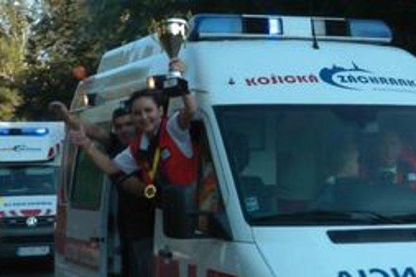 Spanilá jazda. Desiatky záchranárskych, hasičských a policajných áut vzdali hold svojim mŕtvym kolegom.