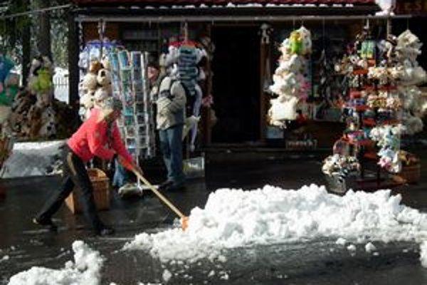 Prvý sneh. Poupratovať ho bolo treba aj spred obchodíkov v Tatrách.