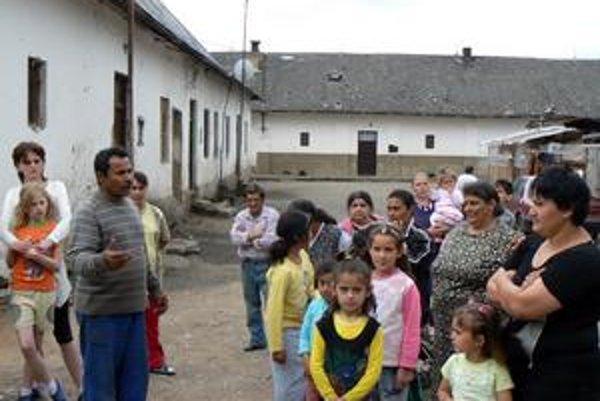 Ulica hrozí sto ľuďom. Sporné obydlie lokality Kaštieľ ponúka príklad spolužitia Rómov a Nerómov. Obe skupiny vravia, že tu to funguje.