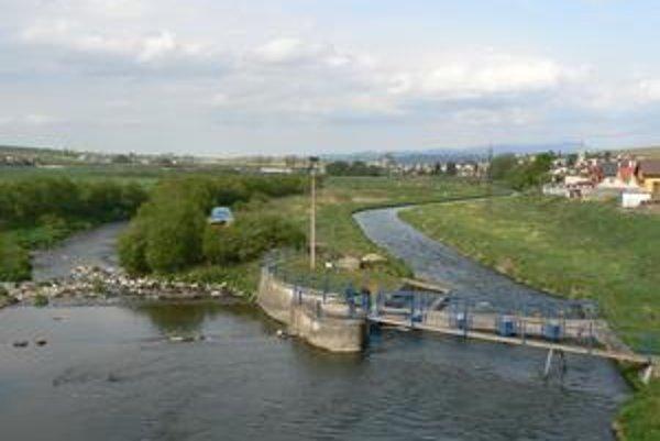Variant A. Obchvat by Huncovce obchádzal zo severnej strany. Proti sú ekológovia kvôli ochrane rozvetvenia rieky Poprad.
