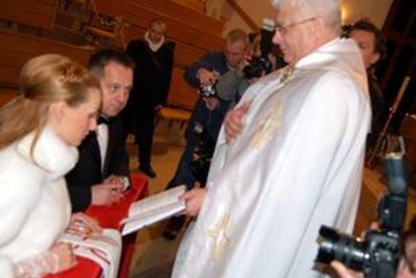 Kamaráti. Dekan Oparty sa mediálne zviditeľnil sobášením popradského primátora Antona Danka s jeho druhou ženou.