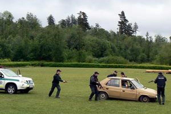 Akcia. V aute sa triasol Maťo, čakal na zatknutie.