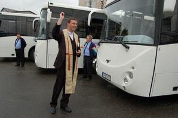 Takto posvätil kaplán nové tátoše.