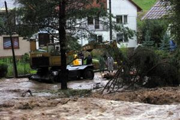 Povodne. Minulý rok prežívali obyvatelia Čirča obrovské súženie. Voda brala všetko, čo jej stálo v ceste.