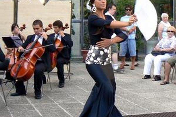 """""""Emoción"""". Maribel pridala k znejúcim zvukom symfonického orchestra horúcu španielsku salsu."""
