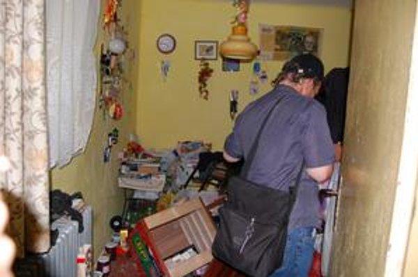 Osobné veci. Peter si pobral svoje osobné veci. Do svojej izby sa už sám bojí vkročiť.