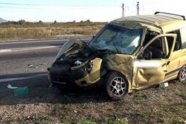 Vodič citroënu jazdil údajne pod vplyvom alkoholu. Z auta zostal iba vrak. Päťčlenná posádka vyviazla so zraneniami.