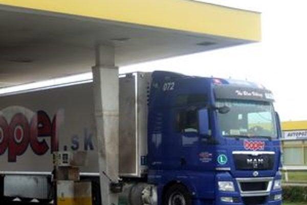Kamión so svidníckym evidenčným číslom, pri ktorom došlo k výbuchu.
