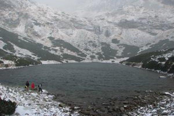 Vysokohorské prostredie Tatier je už pod snehom, navyše, vládne nevľúdne počasie.