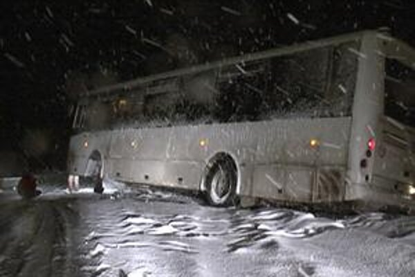 Autobus. Zišiel z cesty.