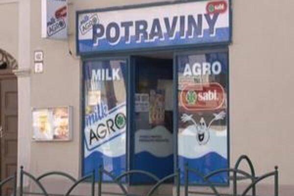 Poškodené potraviny. V tomto obchode sa kradne často. Na prefíkaných zlodejov doplácajú predavačky. Zo svojich výplat musia platiť manká.