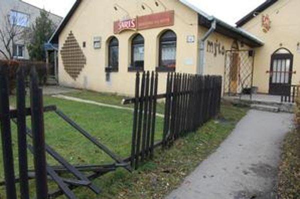 Polámaný plot. Peter Sliva má tento podnik v prenájme. Podľa majiteľovej dcéry vraj podgurážení Peter a Ondrej v osudnú noc zničili aj plot.