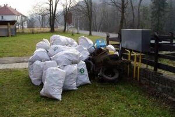 Odpad. Lesníci čistili rieku aj od odpadu po nezodpovedných turistoch.