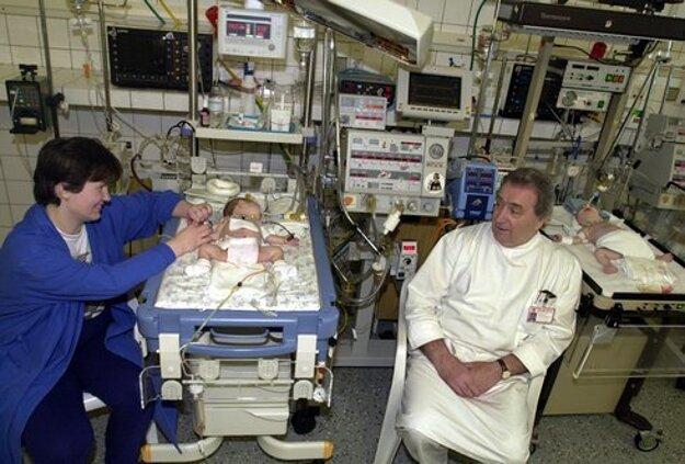Na snímke z 28. marca 2000 profesor Siman spolu s malými pacientkami a ich matkou Melitou na Klinike detskej chirurgie na Kramároch v Bratislave po náročnej, 11-hodinovej operácii, kedy sa 9-člennému tímu lekárov podarilo oddelliť siamské dvojčatá z Rožňavy. Dvojčatá Andrejka a Lucka Tóthové sa narodili 21. januára 2000 zrastené v oblasti panvovej kosti.