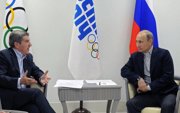 Prezident MOV Thomas Bach (vľavo) sľubuje najprísnejšie tresty. Na snímke debatuje s ruským prezidentom Vladimirom Putinom.