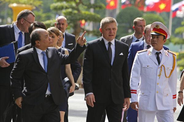 Premiér Fico počas návštevy Vietnamu.
