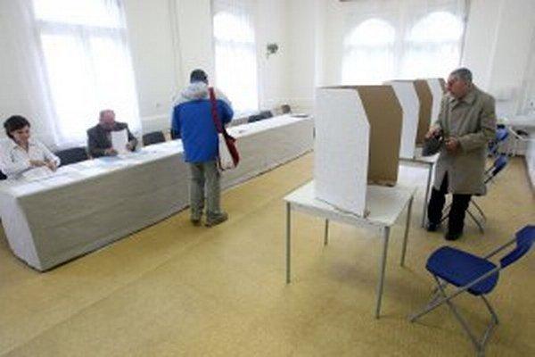 Vo volebných miestnostiach musí byť vytvorený priestor na úpravu volebných lístkov.
