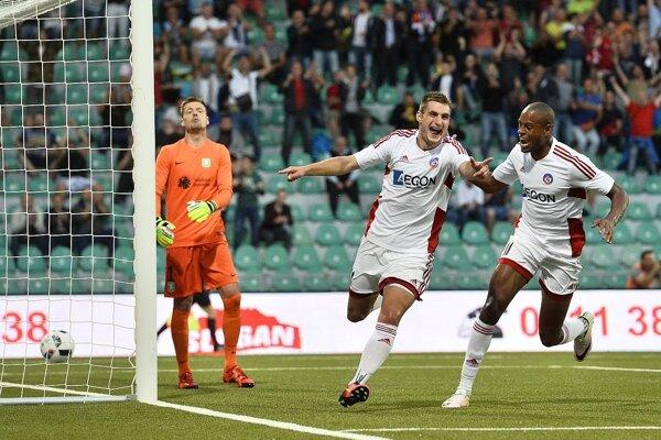 trelec druhého gólu Trenčína Matúš Bero (druhý zľava) sa teší po góle so spoluhráčom Rangelom Jangom (vpravo), prizerá sa brankár hostí Aleksander Šeliga (vľavo) v odvetnom zápase 2. predkola Ligy majstrov AS Trenčín - NK Olimpija Ľubľana.