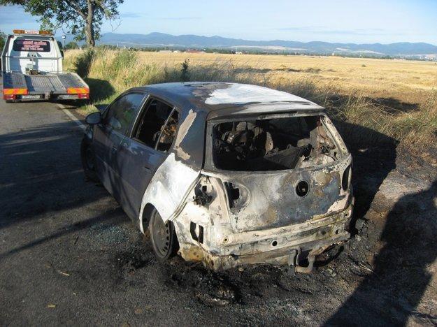 Auto zhorelo vedľa frekventovanej cesty.