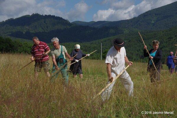 Vo Valči si často pripomínajú tradície. Kosenie lúky k ním patrí.
