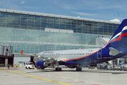 Letuška Aeroflotu zvládla bezpečnostnú inštruktáž aj napriek sťaženým podmienkam na palube lietadla.