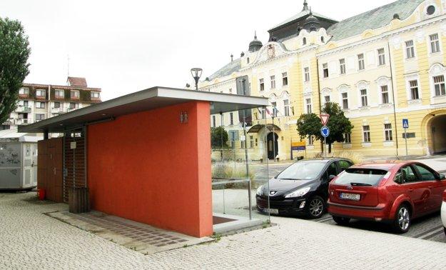 Verejné toalety na Župnom námestí nemal kto obsluhovať.