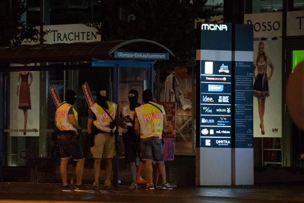 Policajti hliadkujú pred obchodným centrom Olympia, kde sa odohrala streľba.