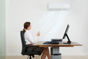 Klimatizácia v kancelárii. Zákony hovoria o tepelnej nepohode.