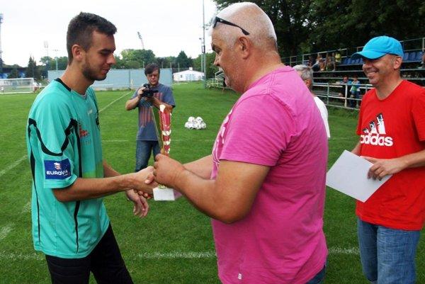 Dávid Šípoš prijíma gratulácie k triumfu na turnaji od Mariána Valentu, predsedu predstavenstva FC Nitra. Vpravo koordinátor mládeže Tomáš Seko.