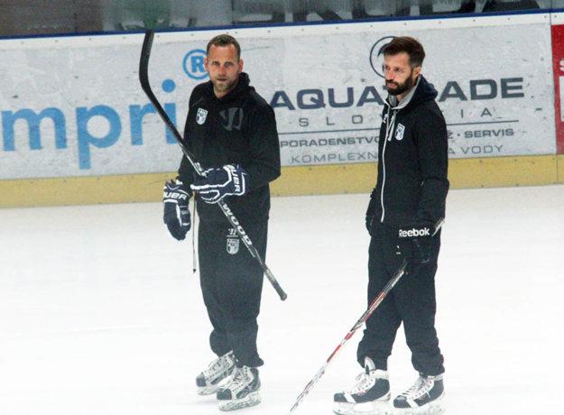 Hlavnému trénerovi Andrejovi Kmečovi počas piatkového tréningu na ľade vypomáhal manažér Tomáš Chrenko.