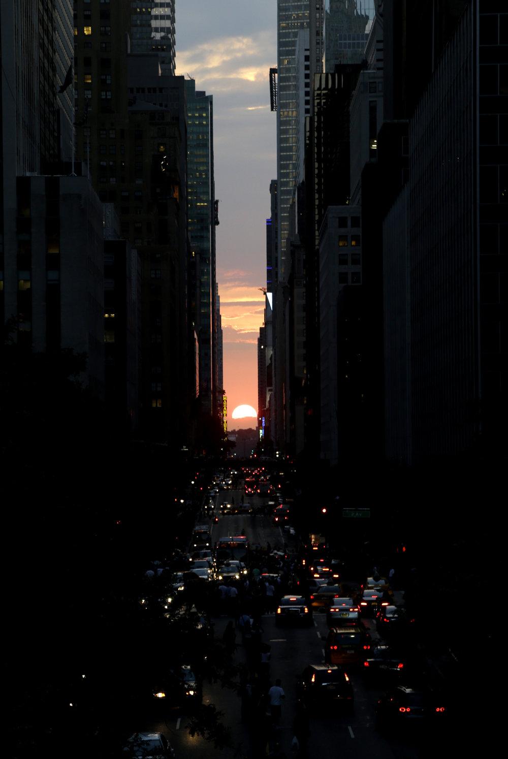 Zapadajúce slnko v New Yorku dva dni v roku ponúka atraktívne divadlo.