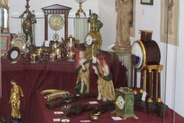 Časť z vystavených predmetov z Bojnického zámku.