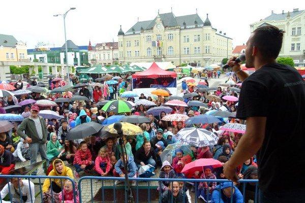 V Leviciach sa v máji konali po prvý raz Dni mesta. Padol na nich slovenský rekord - v drepe vydržalo minútu vyše 400 účastníkov.