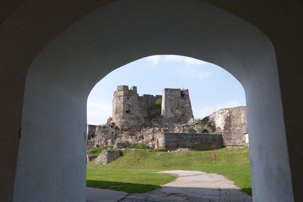 Dominantou mesta je Levický hrad.