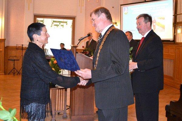 Eva Seidlová z Tlmáč si preberá ocenenie z rúk predsedu kraja.