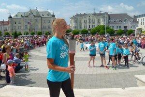 Pochodeň priniesla úspešná športovkyňa Ivana Kuriačková z ŠK Atóm Levice.