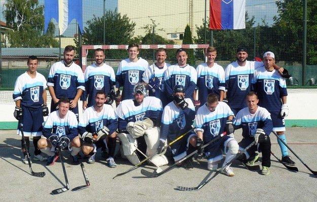 Na tejto snímke je aj člen zlatého tímu hokejistov HK Nitra Filip Kuzma - stojí v hornom rade štvrtý zľava.