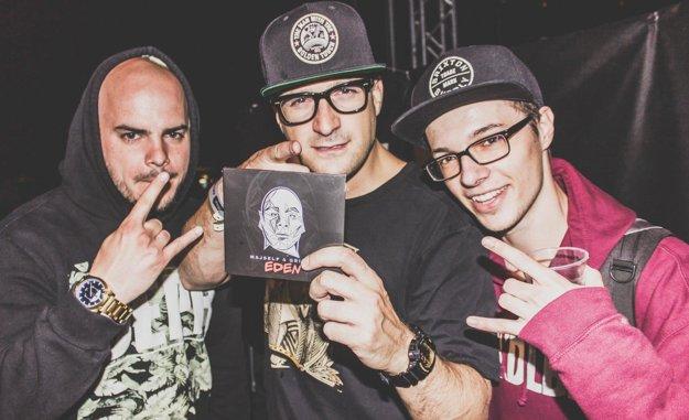 S hviezdami. Zľava Majself, v strede DJ Wich a Milan.