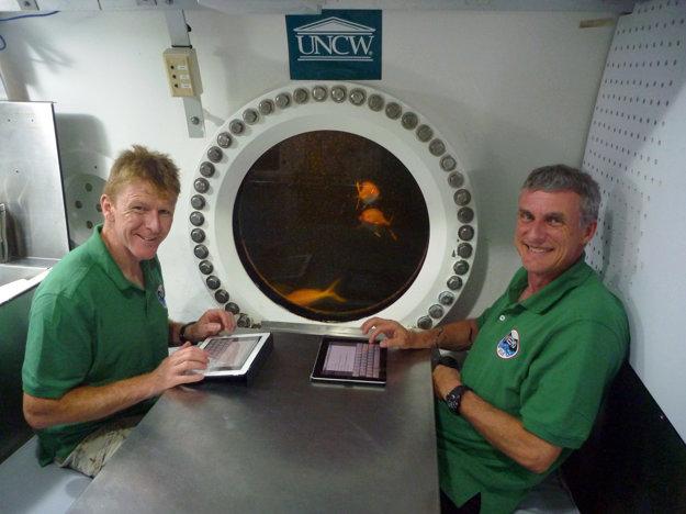 Aquanauti Tim Peake a Steve Squyres vnútri podmorského laboratória Aquarius.