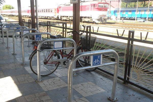Pri cyklostojanoch na prievidzskej stanici môže byť štrnásť bicyklov.