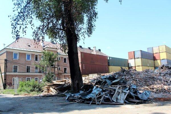 Zbúrali v poradí druhý dom.