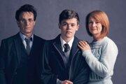 Potterovci. Jamie Parker ako Harry, Sam Clemmet ako Albus a Poppy Miller ako Ginny.