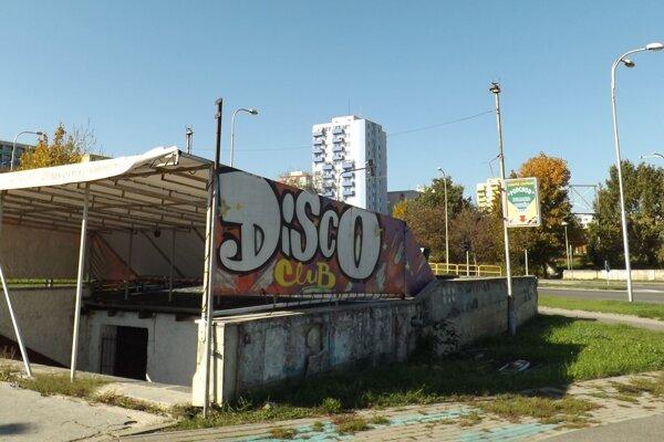 V podchode už v minulosti fungoval diskotékový klub.