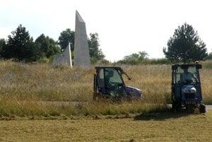 Pamätník SNP. Minulý týždeň pri ňom pracovníci technických služieb kosili trávu.