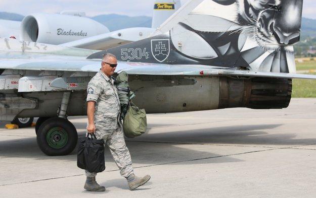 Príslušík amerických leteckých síl prechádza pri slovenskom Migu-29.