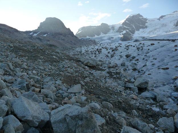Nástup na  ľadovec pripomína migráciu kameňov. Povrch je tvrdý, nabrúsené mačky sedia. Diery sú viditeľné, na lano sa zatiaľ neviažeme.