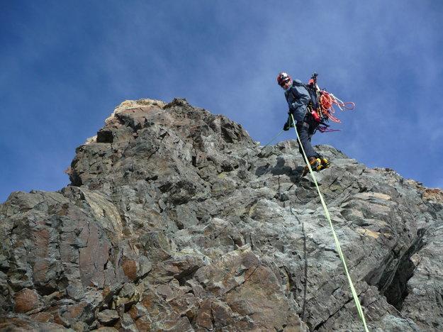 Tu nám požičal svoje 30 metrové lano, vďaka ktorému sme na dvakrát zlanili kolmý skalný úsek, ktorý sme predtým obchádzali. Ísť naspäť po obchádzke nebolo totiž bezpečné.